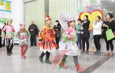 鸿翔社区:可爱宝宝上演环保时装秀--平顶山新闻网