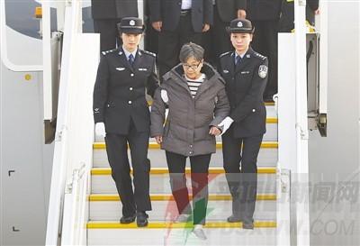 """昨天,在北京首都机场,""""百名红通人员""""头号嫌犯杨秀珠走下飞机回国"""