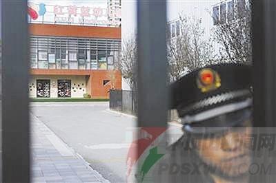 11月23日,紅黃藍新天地幼兒園保安在大門內執勤,當天幼兒園正常上課.
